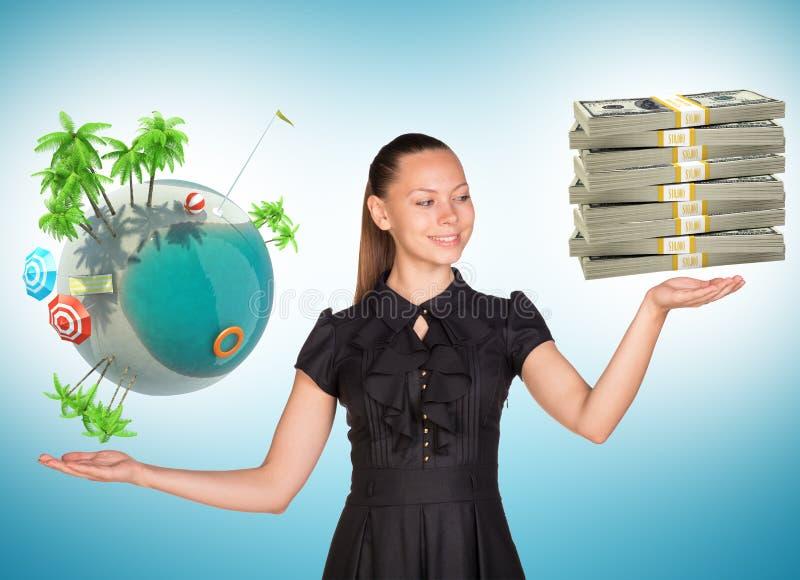 Empresaria que sostiene el globo del efectivo y de la tierra imagen de archivo