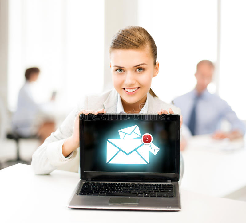 Empresaria que sostiene el ordenador portátil con la muestra del correo electrónico fotografía de archivo