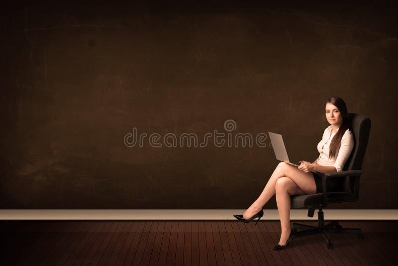 Empresaria que sostiene el ordenador portátil de alta tecnología en fondo con el copysp imagen de archivo
