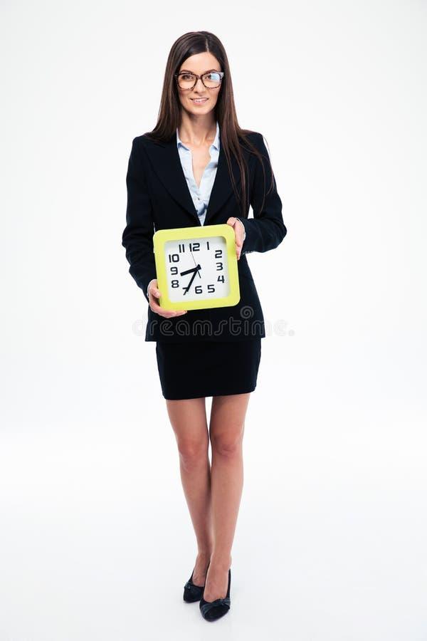 Empresaria que sostiene el reloj foto de archivo libre de regalías