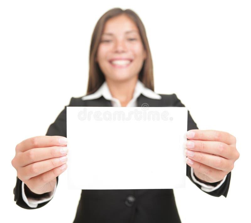 Empresaria que sostiene la tarjeta en blanco de la muestra del asunto imagenes de archivo