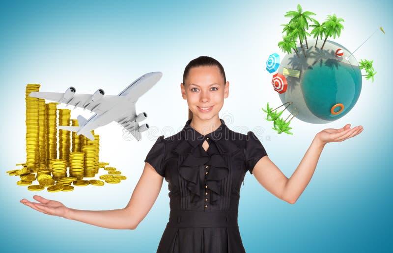 Empresaria que sostiene monedas y el globo de la tierra fotografía de archivo libre de regalías