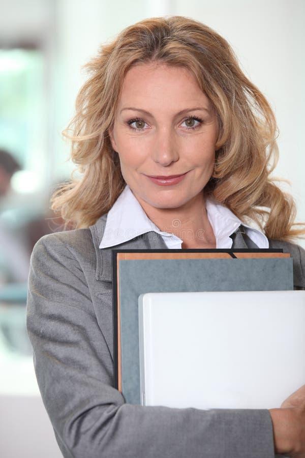 Empresaria que sostiene una carpeta imagenes de archivo