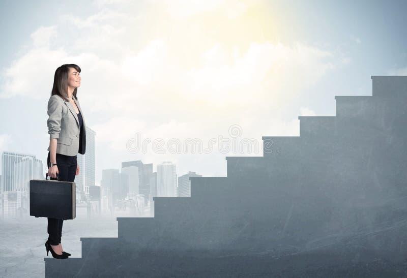 Empresaria que sube para arriba un concepto concreto de la escalera foto de archivo libre de regalías