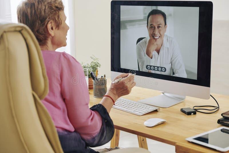 Empresaria que tiene videoconferencia imágenes de archivo libres de regalías