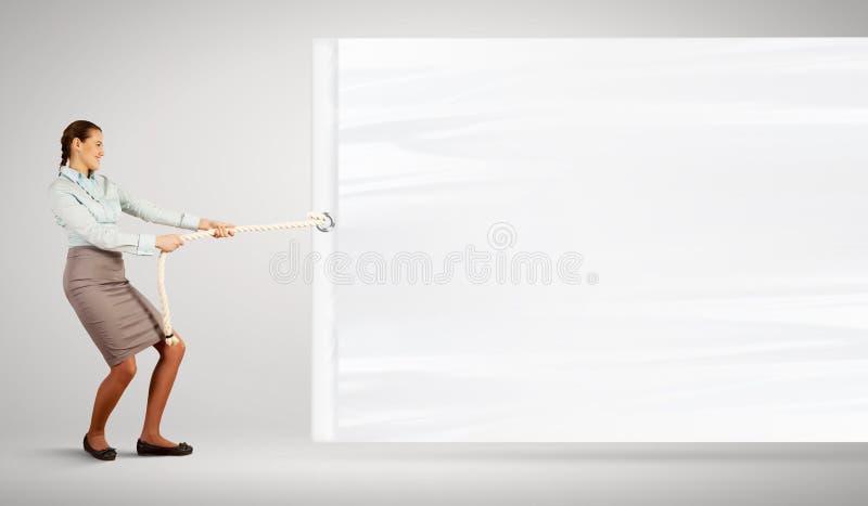 Empresaria que tira de la bandera en blanco imagenes de archivo