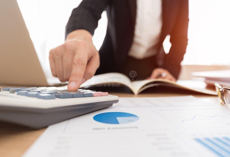 Empresaria que trabaja con informes financieros imagenes de archivo