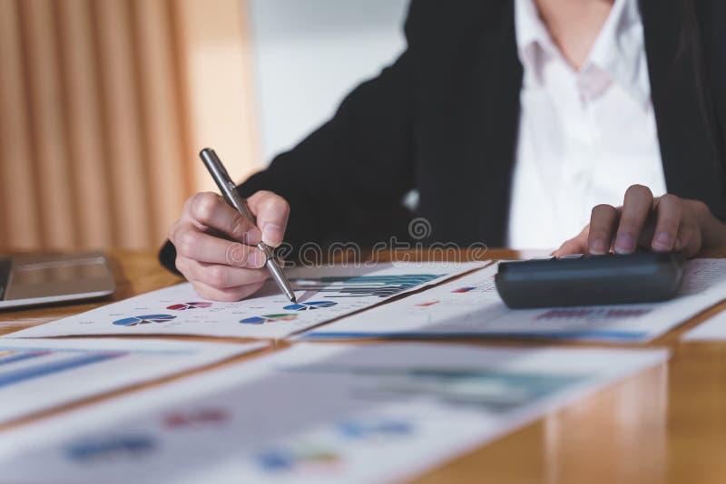 Empresaria que trabaja con nuevo proyecto de inicio usando la calculadora de calcular n?meros Negocio financiero y concepto de co imagen de archivo libre de regalías