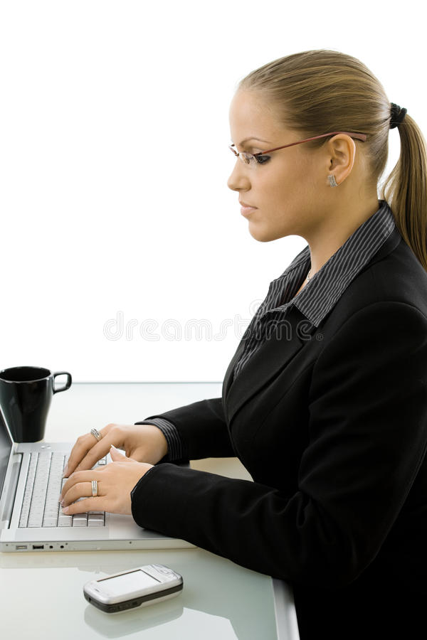 Empresaria que trabaja en el ordenador imagenes de archivo