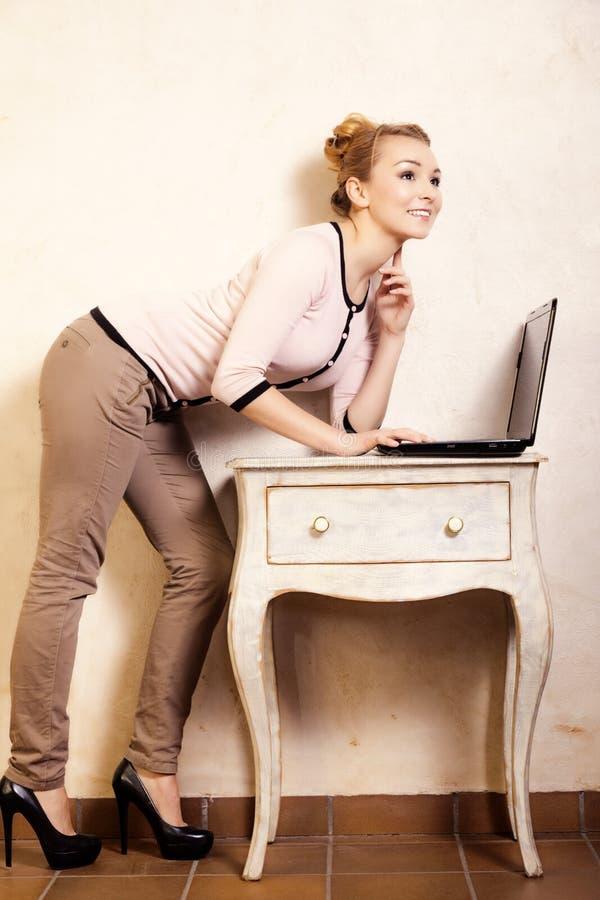 Download Empresaria Que Trabaja En El Ordenador Portátil Del Ordenador Foto de archivo - Imagen de businesswoman, universidad: 44856348