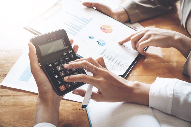 Empresaria que trabaja en la calculadora para calcular los datos de negocio t foto de archivo libre de regalías