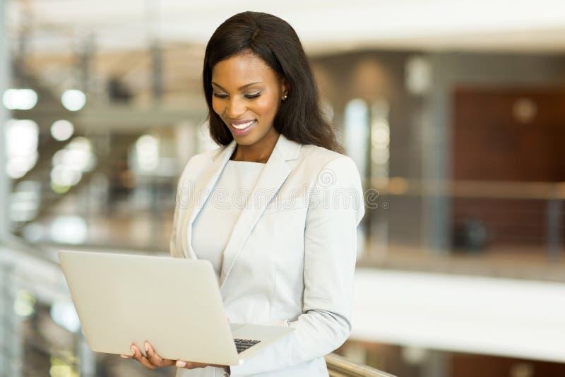 Empresaria que trabaja en la computadora portátil foto de archivo libre de regalías