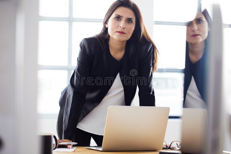 Empresaria que trabaja en la oficina imagenes de archivo
