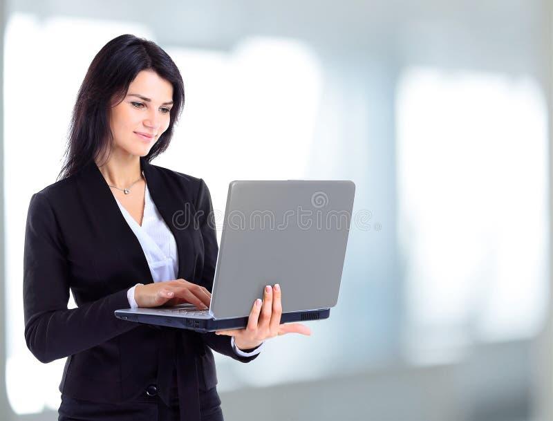 Empresaria que trabaja en un ordenador portátil fotos de archivo
