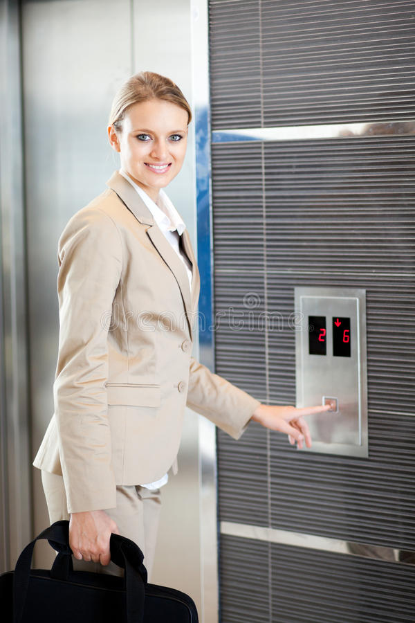 Empresaria que usa el elevador imagenes de archivo