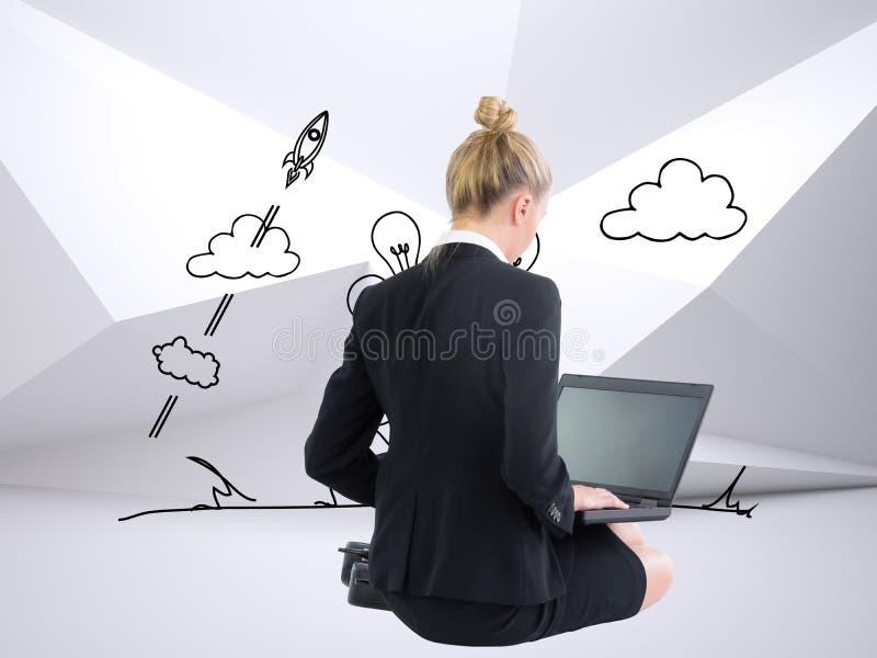 Empresaria que usa el ordenador portátil fotos de archivo