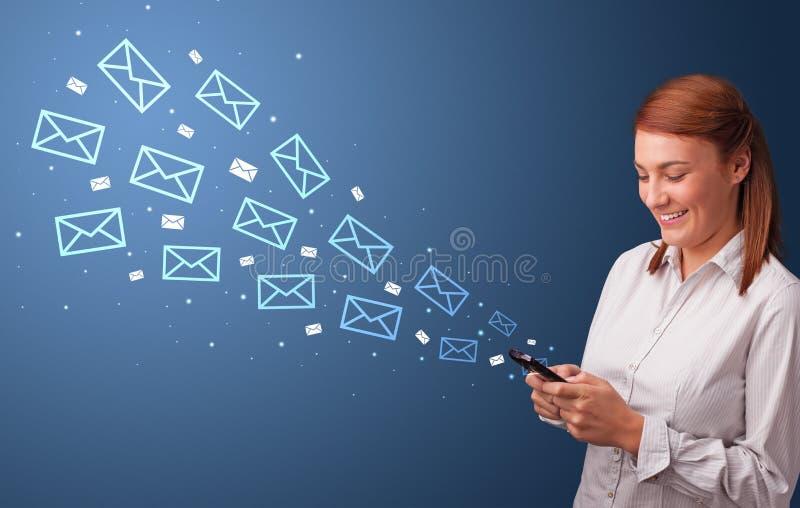 Empresaria que usa el tel?fono con concepto del correo alrededor foto de archivo libre de regalías