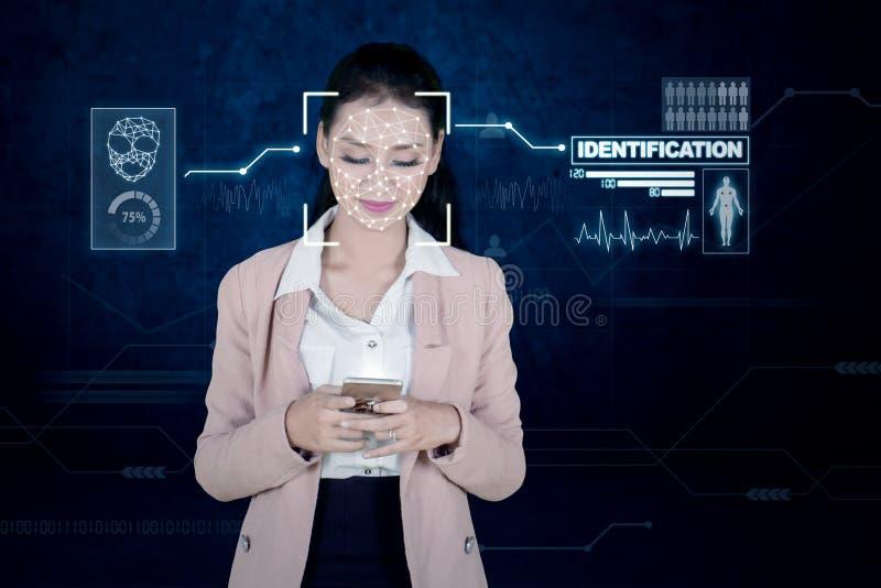 Empresaria que usa la identificación facial biométrica imagen de archivo libre de regalías