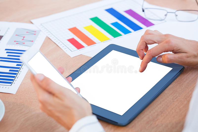 Empresaria que usa la tableta digital dos imagenes de archivo