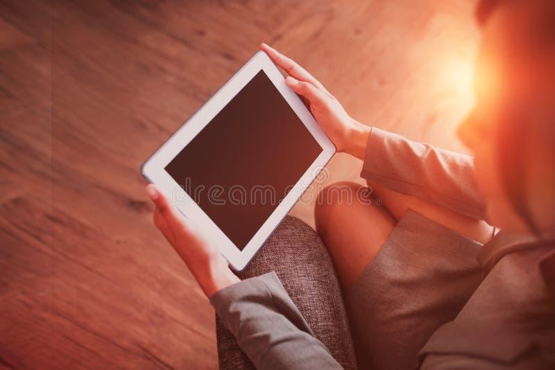 Empresaria que usa la tablilla foto de archivo libre de regalías