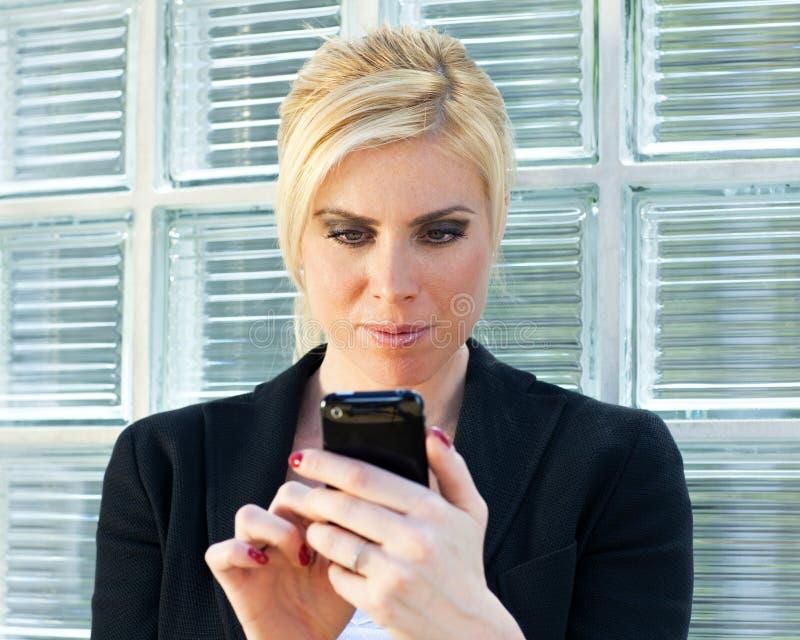 Empresaria que usa smartphone fotos de archivo libres de regalías