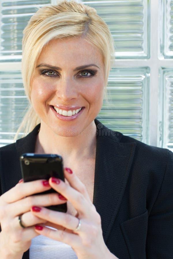 Empresaria que usa smartphone fotografía de archivo libre de regalías