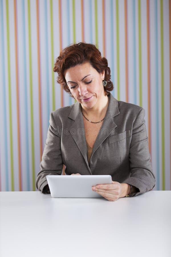 Empresaria que usa una tableta digital foto de archivo