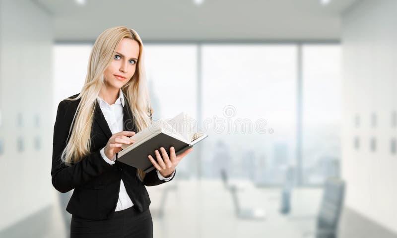 Empresaria Reading Book fotografía de archivo