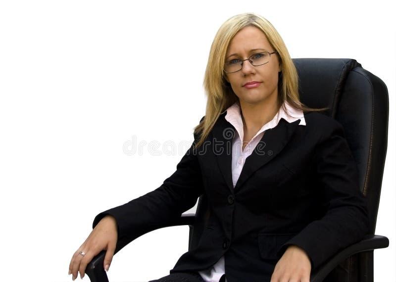Empresaria rubia hermosa en alta silla negra fotos de archivo