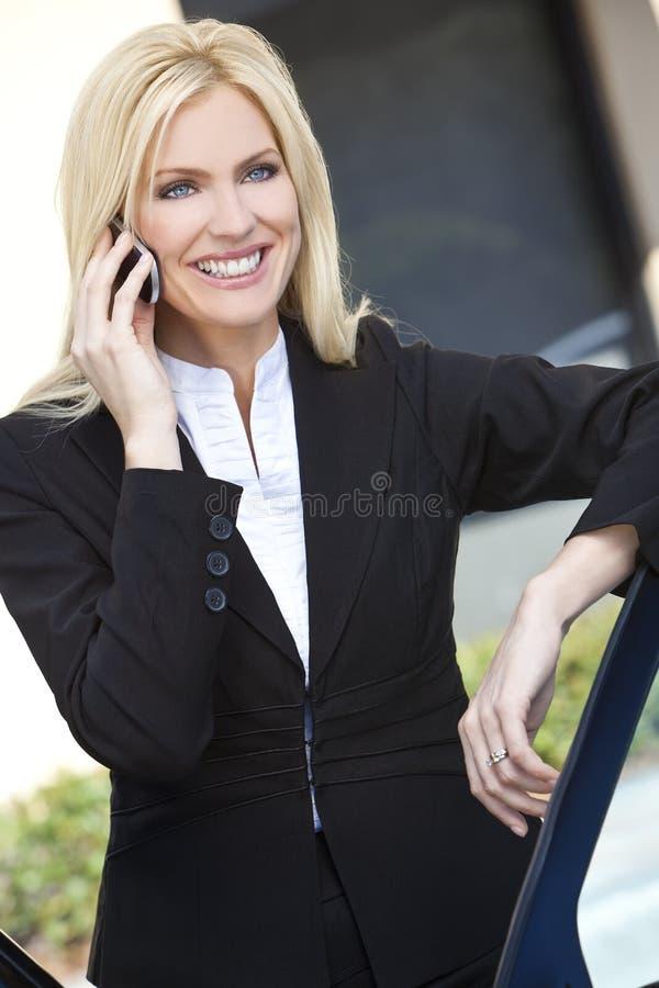 Empresaria rubia que habla en su teléfono celular fotografía de archivo libre de regalías