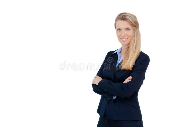 Empresaria rubia que se coloca con los brazos cruzados imagen de archivo libre de regalías