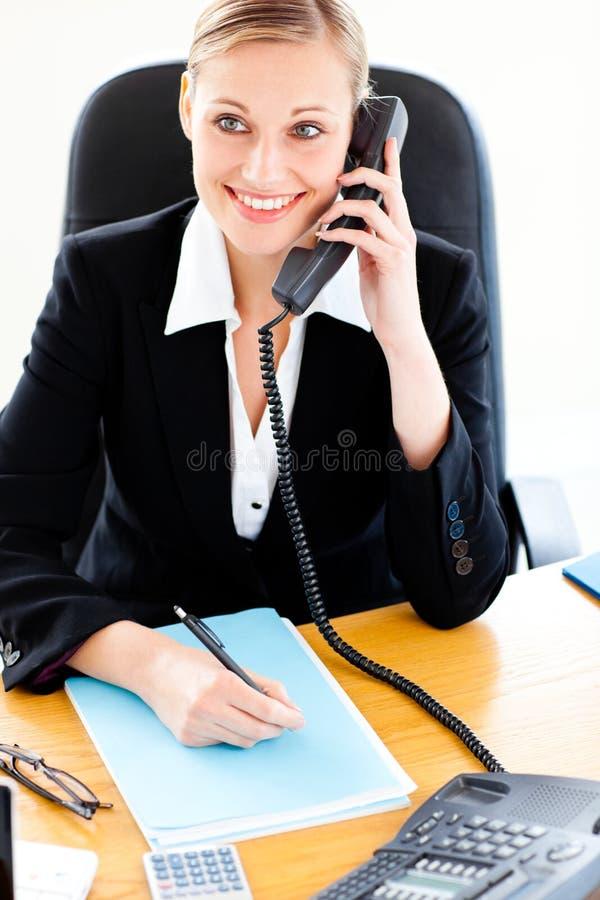 Empresaria Self-assured que telefona y que escribe foto de archivo