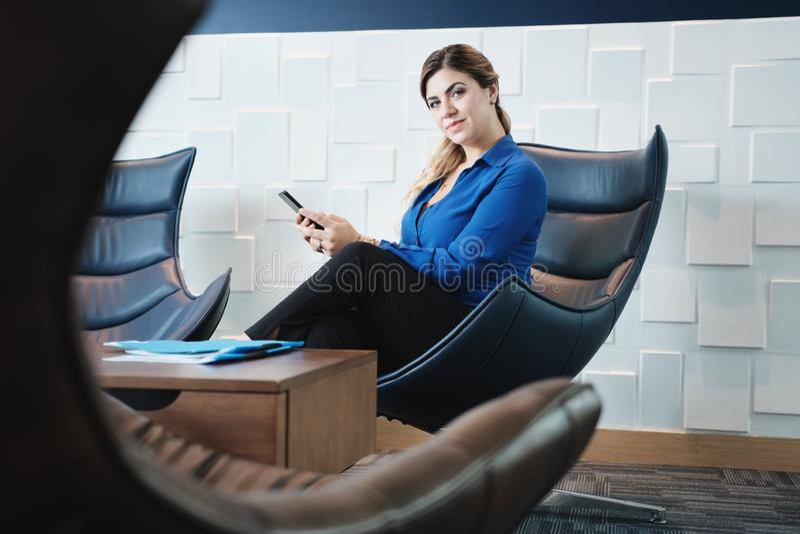 Empresaria seria Looking At Camera del retrato en sala de espera de la oficina imágenes de archivo libres de regalías