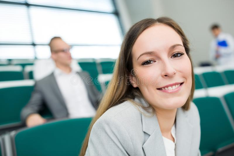 Empresaria Smiling In Lecture Pasillo imagenes de archivo