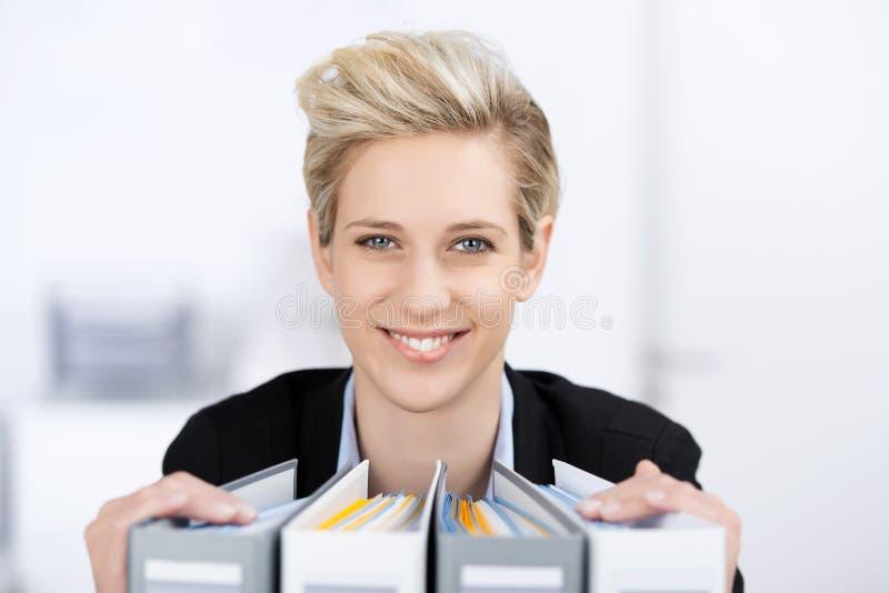 Empresaria sonriente With Binders fotos de archivo
