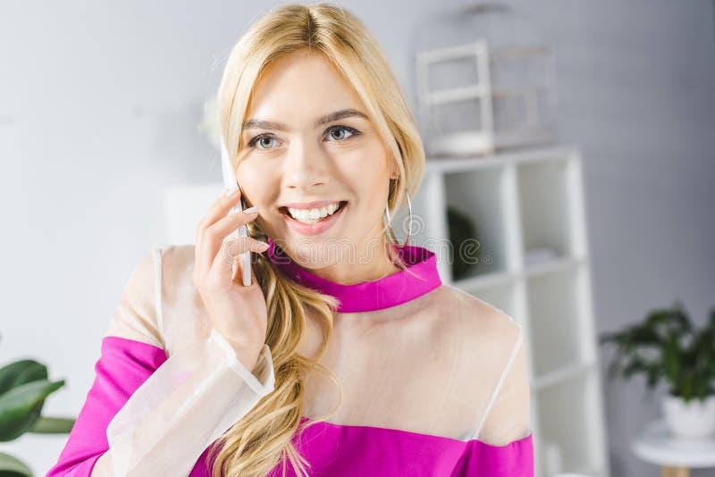 empresaria sonriente elegante que habla en smartphone fotos de archivo