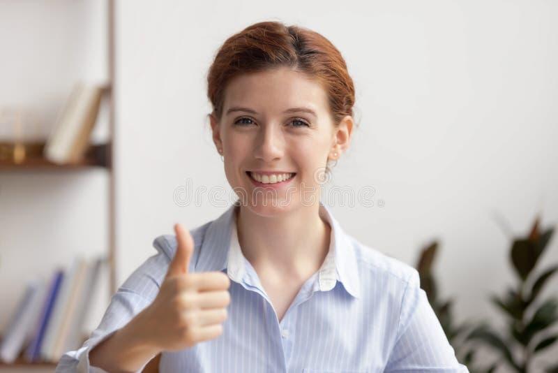 Empresaria sonriente feliz del retrato que muestra los pulgares para arriba en el lugar de trabajo imágenes de archivo libres de regalías