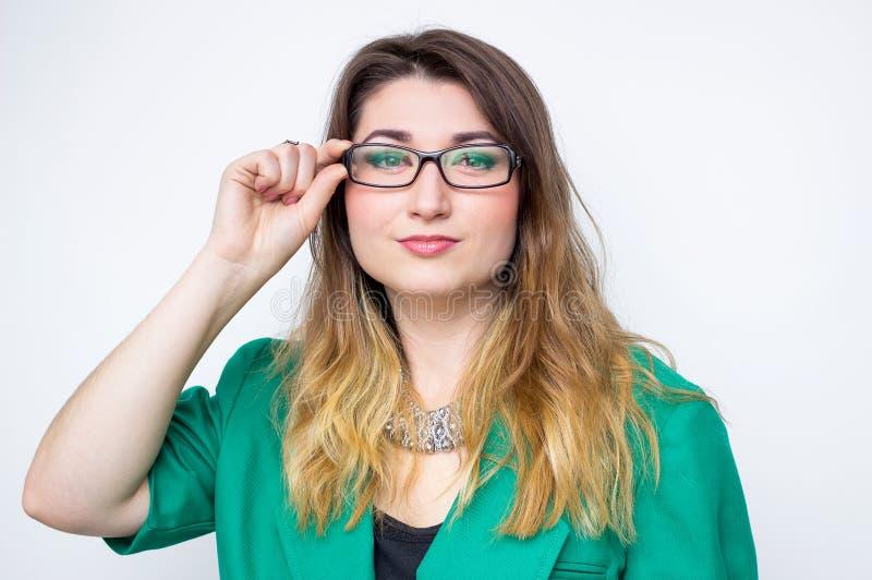 Empresaria sonriente feliz que lleva en chaqueta verde, imagen brillante de la mujer feliz y sonriente fotos de archivo libres de regalías