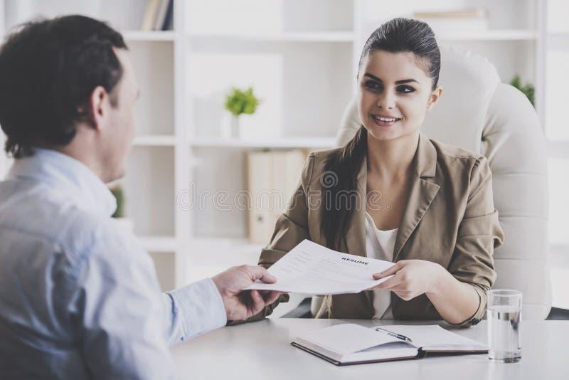 Empresaria sonriente joven Interviewing Employee imagen de archivo