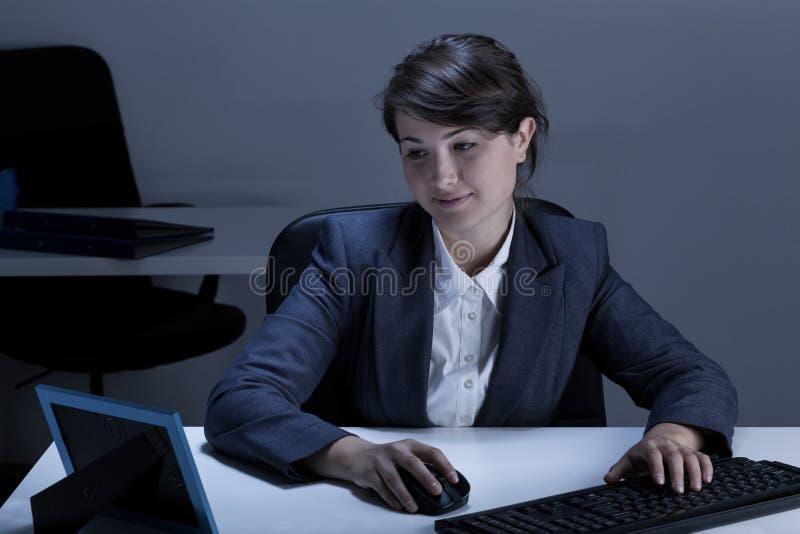 Empresaria sonriente que mira la imagen imagenes de archivo