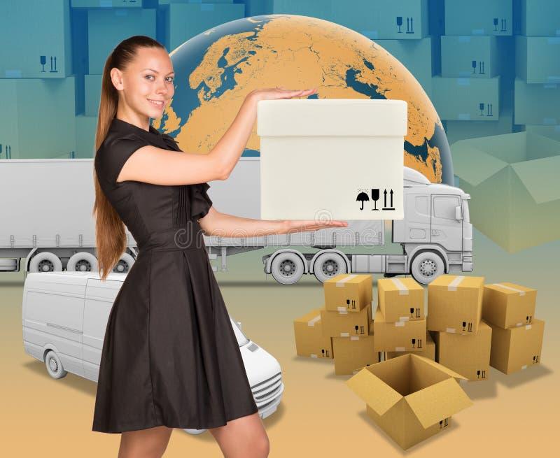 Empresaria sonriente que sostiene la caja blanca imagen de archivo libre de regalías