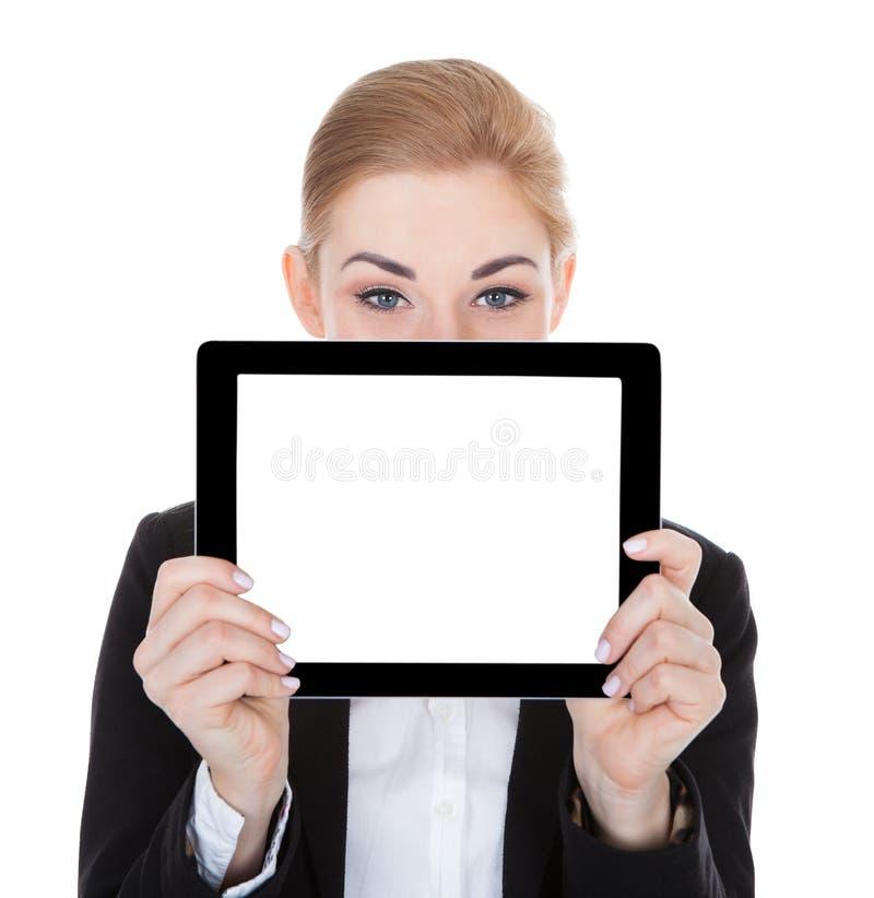 Empresaria sonriente que sostiene la tableta digital fotos de archivo libres de regalías