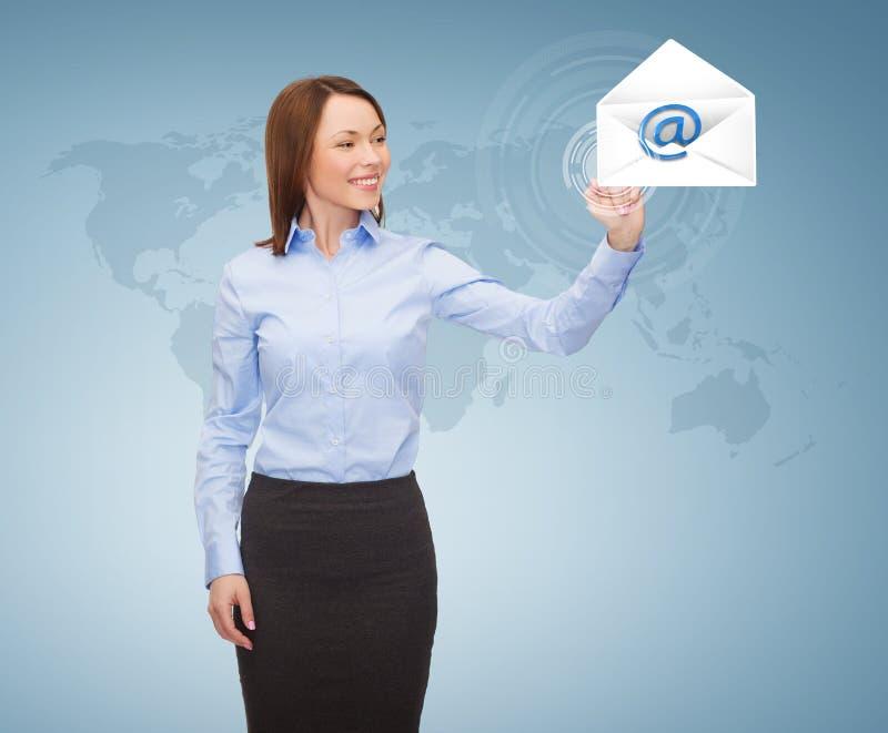Empresaria sonriente que trabaja con la pantalla virtual stock de ilustración