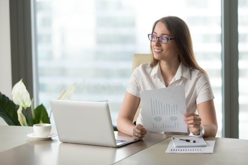 Empresaria sonriente satisfecha con el inicio de rápido crecimiento, risin imagenes de archivo