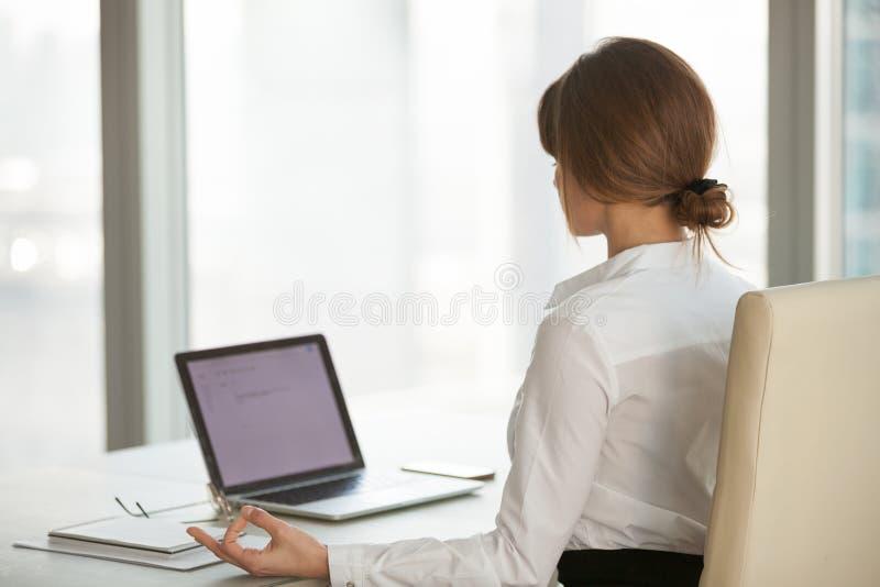 Empresaria tranquila atenta que toma la rotura en la oficina para el medit de la yoga foto de archivo libre de regalías