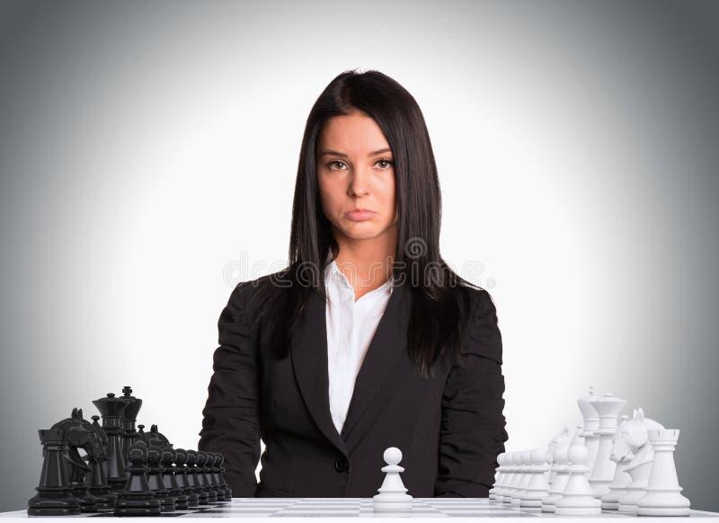Empresaria trastornada que mira la cámara Tablero de ajedrez foto de archivo