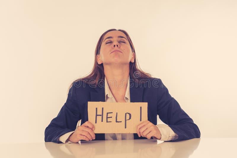 Empresaria triste y cansada que lleva a cabo una muestra de la ayuda que siente desamparada y frustrada imágenes de archivo libres de regalías