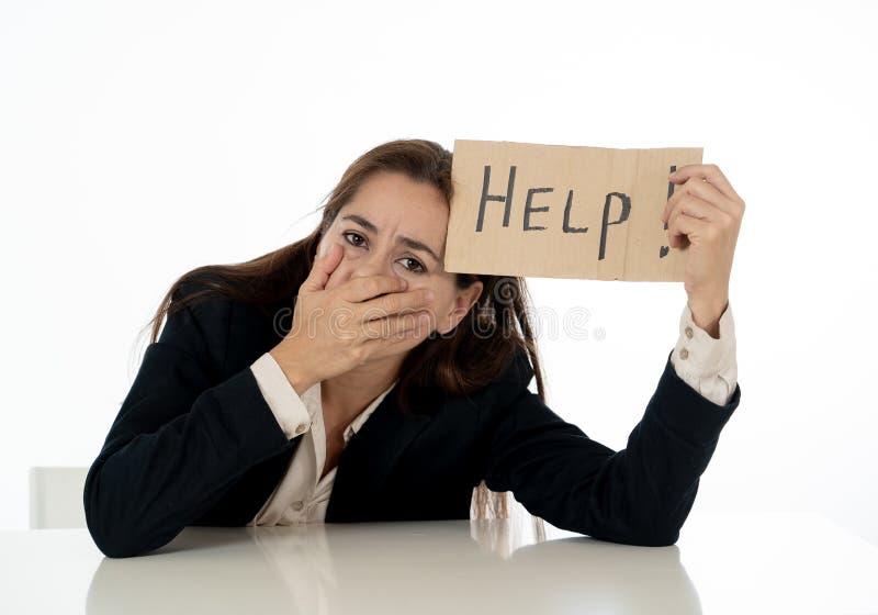 Empresaria triste y cansada que lleva a cabo una muestra de la ayuda que siente desamparada y frustrada fotos de archivo