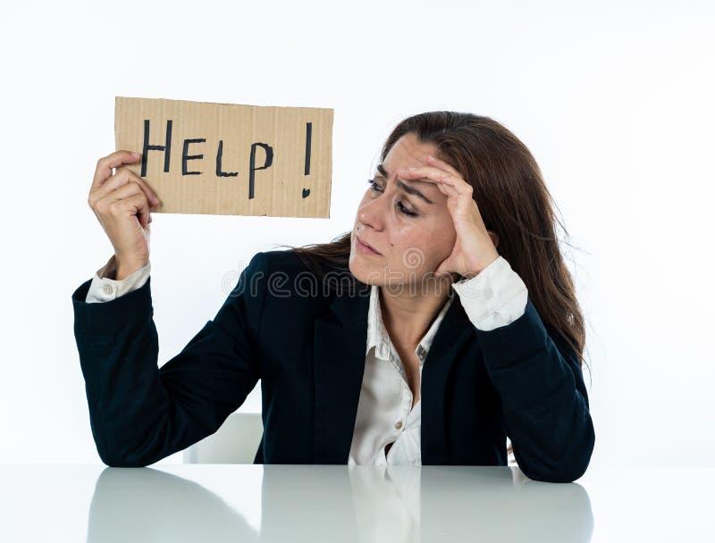 Empresaria triste y cansada que lleva a cabo una muestra de la ayuda que siente desamparada y frustrada imagen de archivo libre de regalías