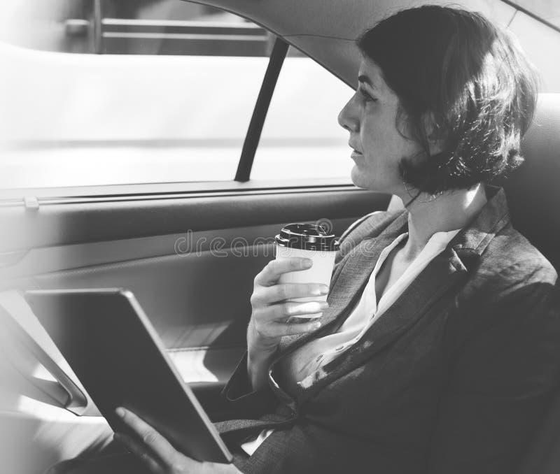 Empresaria Using Tablet dentro del coche imagen de archivo libre de regalías
